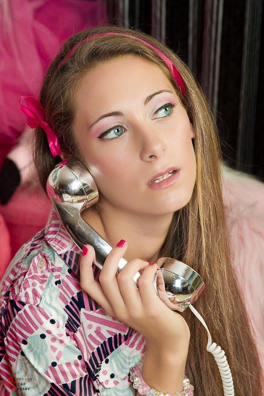 caracterizacion barbie make up uñas sofa telefono maquillaje rosa